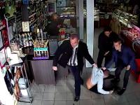 В магазине троица мужчин жестоко избила парня: продавщица в этот момент поправляла цветы (Видео)