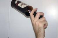 Запорожец ударил по голове бутылкой мать знакомого, к которому пришел за долгом