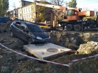В Запорожье машина врезалась в раскопанный коммунальщиками люк (Фото)