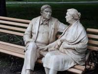 «Советская эстетика»: запорожцы раскритиковали новый памятник, установленный родителям