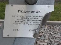 Вандалы устроили погром в запорожском парке: сломали урны и повредили памятник (Фото)