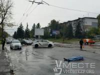 В центре Запорожья молодой мужчина сбросился с дамбы на проезжую часть