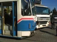 На перекрестке возле запорожской больницы грузовик протаранил трамвай (Фото)