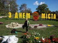 Казаки-миньоны, оркестр и сказочный замок: в Вознесеновском парке завершают создание цветочных композиции (Фоторепортаж)