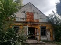 Как бездомные и бюрократия разрушают в Запорожье уникальное историческое здание (Фото)