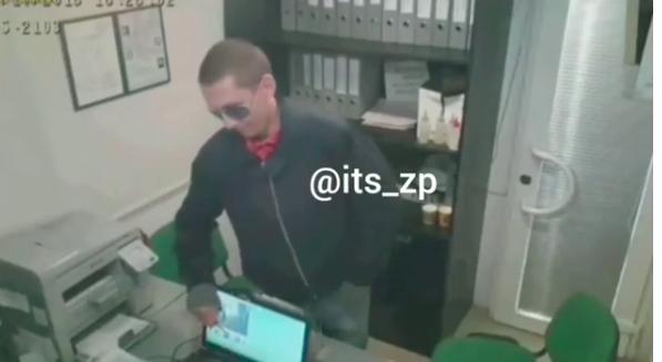"""""""Не зли меня"""": злоумышленник с ножом ограбил пункт выдачи кредитов (Видео)"""