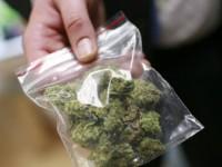 Сотрудник изолятора в Запорожской области продавал заключенным наркотики