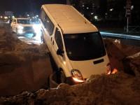 Водитель микроавтобуса влетел в  большую яму, вырытую коммунальщиками (Фото)