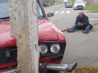 Пьяный водитель на красных «Жигулях» врезался в столб (Видео)