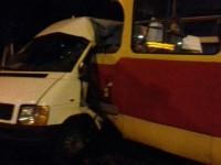 В Запорожье трамвай врезался в маршрутку с пассажирами — есть пострадавшие (Фото)