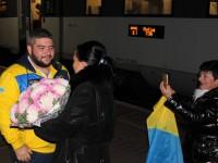 С цветами и оркестром: поздно вечером в Запорожье встретили серебряного призера «Игр непокоренных» (Фото)