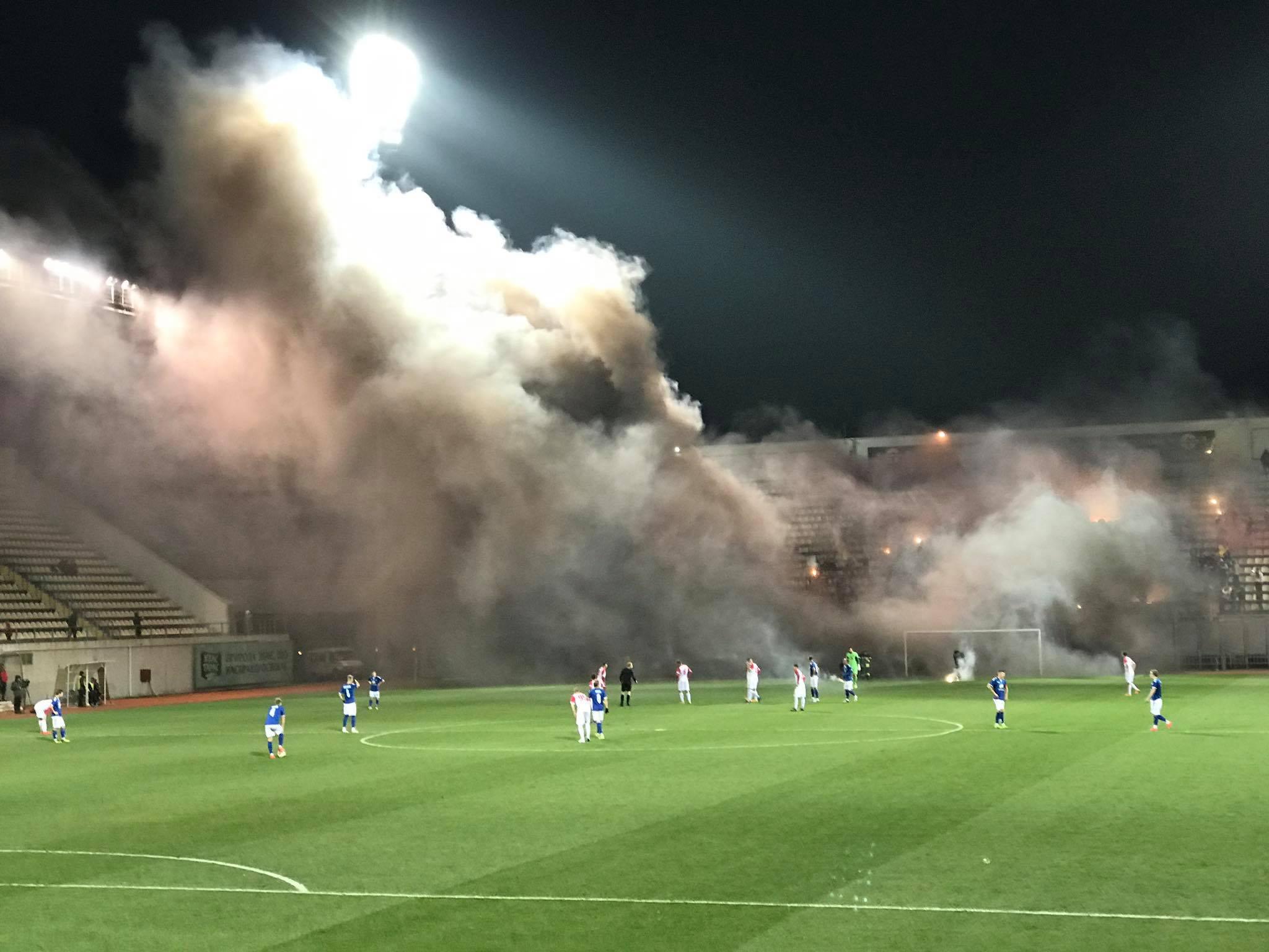 На запорожском стадионе фанаты устроили файер-шоу: судья приостановил игру (Фото, видео)