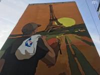Запорожская художница нарисовала в Днепре мурал путешественника с пакетом «АТБ»