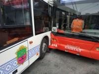 На Космосе коммунальный автобус врезался в троллейбус