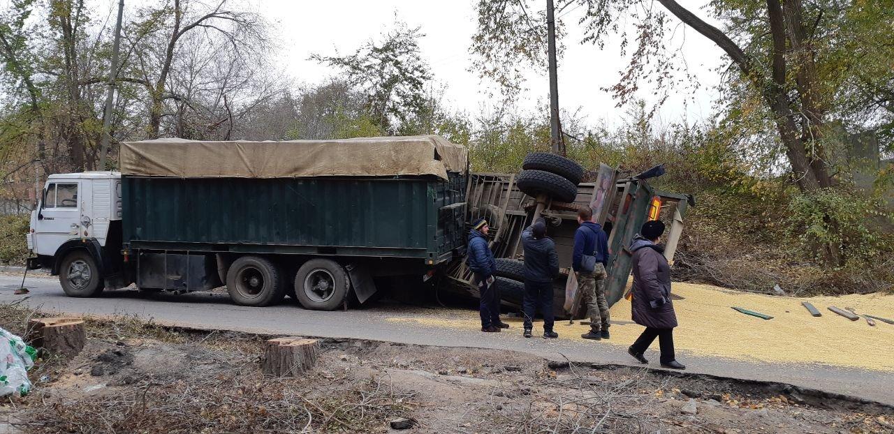 На Верхней Хортице перевернулся груженый соей грузовик (Фото)