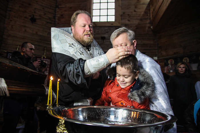 В церкви на Хортице массово крестили детей из приюта (Фоторепортаж)