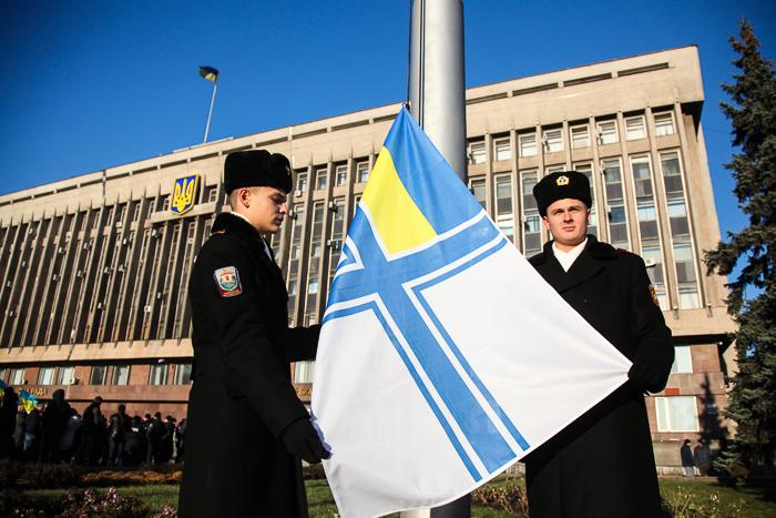 В центре Запорожья подняли флаг ВМС Украины (Фоторепортаж)