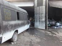 В Запорожье загорелся гараж с маршруткой (Фото)