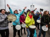 «Вставай!»: сотни запорожцев устроили музыкальный флешмоб на недостроенных мостах (Фото, видео)