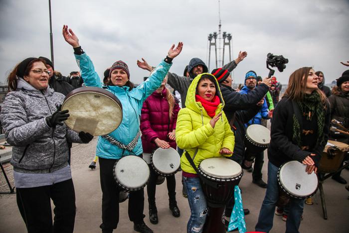 """""""Вставай!"""": сотни запорожцев устроили музыкальный флешмоб на недостроенных мостах (Фото, видео)"""