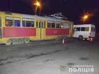Водитель трамвая спровоцировала тройную аварию с машруткой – число пострадавших увеличилось