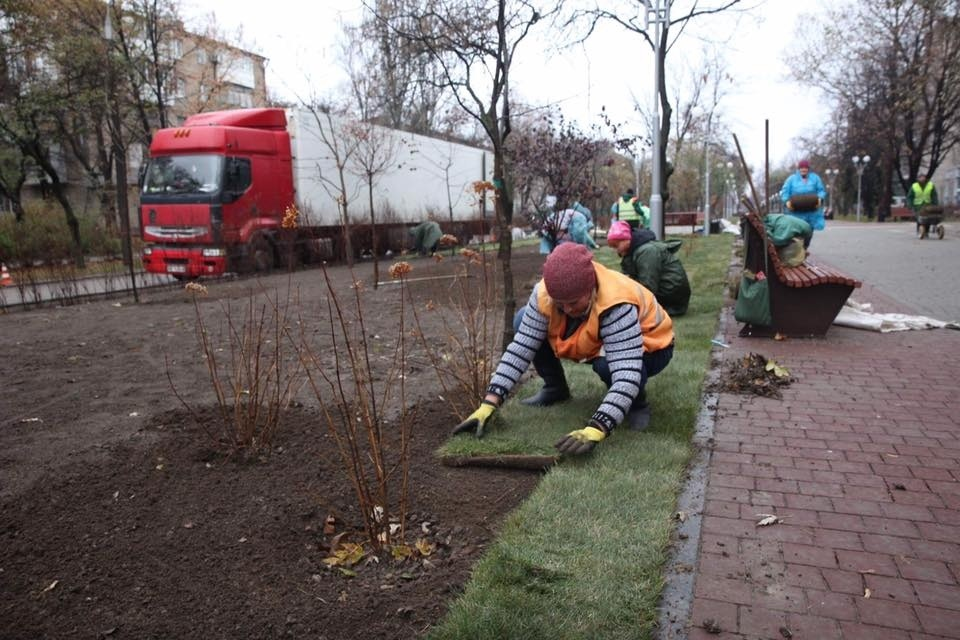 На площади Маяковского постелили газон и готовятся открыть движение