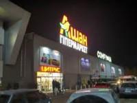 Возле запорожского супермаркета рухнула елка