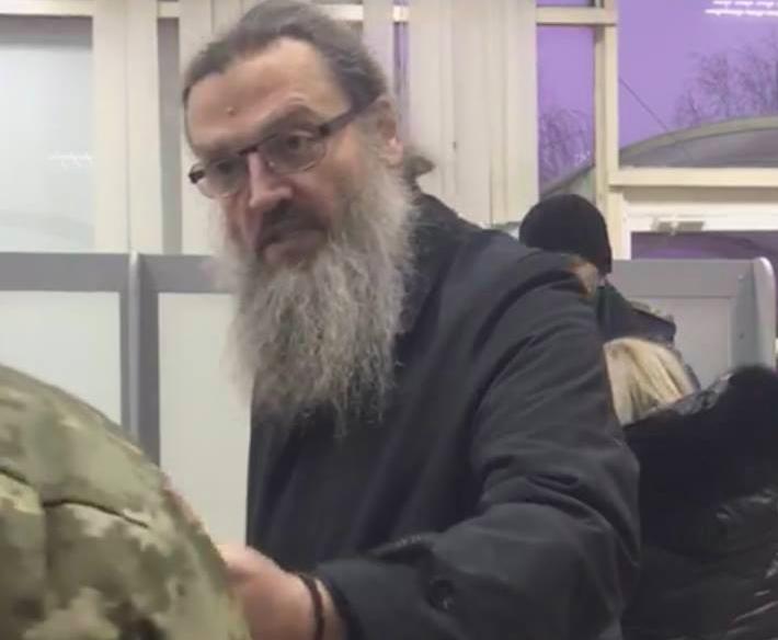 Истеричный митрополит: священнослужитель устроил скандал в запорожском аэропорту