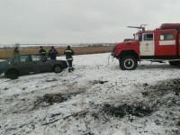Со скользкой трассы в Запорожской области в кювет слетел автомобиль: есть пострадавшие (Фото)