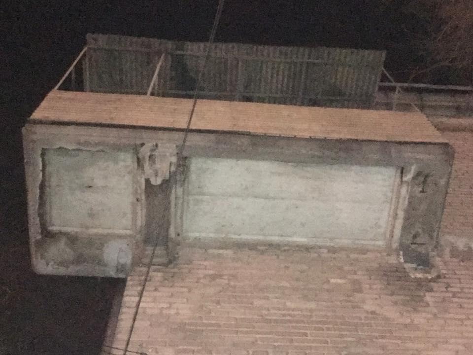 """""""Смотрите наверх"""": в центре Запорожья с дома упала бетонная лепнина"""