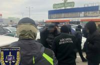 На парковке «Эпицентра» за крупную взятку задержали сотрудника Приднепровской железной дороги (Фото)