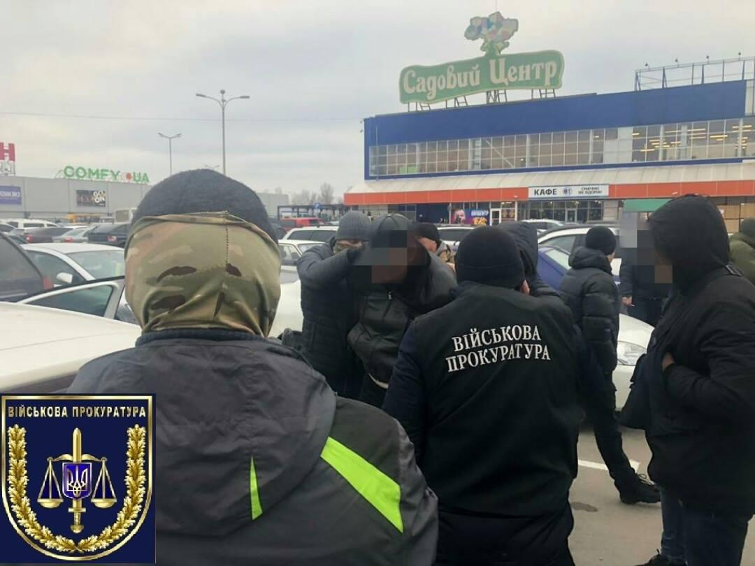 """На парковке """"Эпицентра"""" за крупную взятку задержали сотрудника Приднепровской железной дороги (Фото)"""