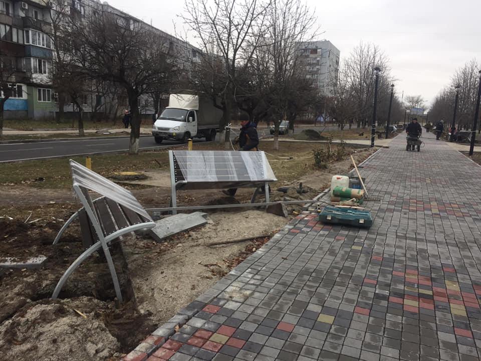 """На """"Аллее роз"""" в Энергодаре устанавливают новые лавки"""