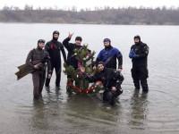 Запорожские дайверы установили елку на дне карьера