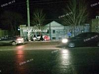 В Мелитополе «Шевроле» врезался в столб: пострадавших доставали из салона спасатели (Видео)