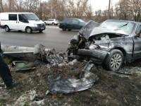На Набережной легковой автомобиль врезался в столб: есть пострадавшие (Фото)