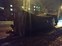 Из-за провалившегося на запорожской дороге асфальта перевернулся грузовик (Фото)