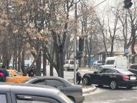 В старом городе «Инфинити» после ДТП отбросило на тротуар (Фото)