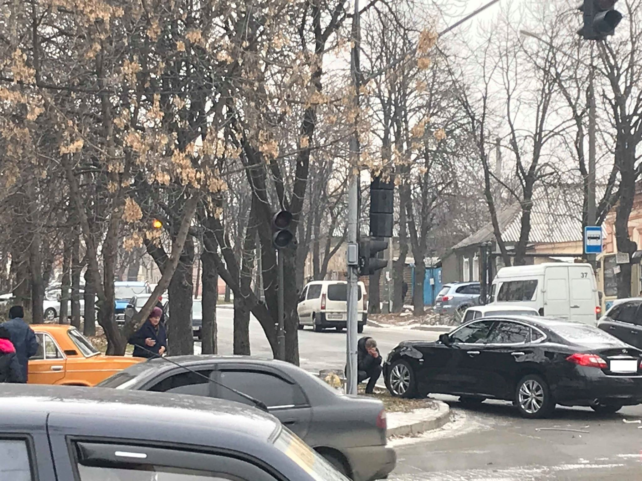 "В старом городе ""Инфинити"" после ДТП отбросило на тротуар (Фото)"