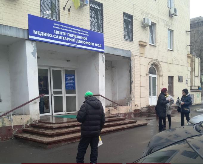 Новые нарушения: возле больницы и в райадминистрации раздавали газеты с предвыборной агитацией