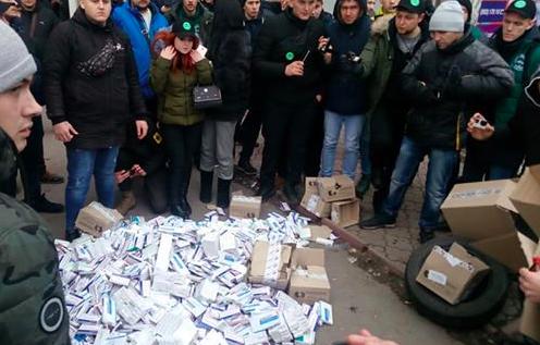 В полиции не оценили: в отношении активистов, которые сожгли возле аптеки лекарства завели дело