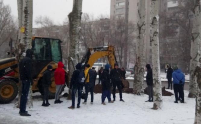 На Бородинском застройщик начал возводить забор: местные жители снова вышли протестовать