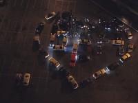 На запорожском курорте автомобилисты создали светящееся сердце (Видео)