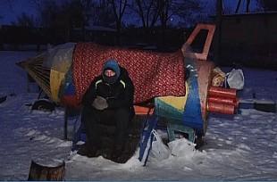 Бездомный бердянец поселился в ракете на детской площадке (Видео)