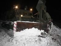 Трассы в Запорожской области чистят тяжелой техникой: снежные заносы достигают метра