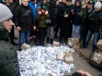 Активисты жгли лекарства возле аптеки в центре Запорожья (Фото, Видео)