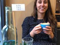 «Вот бы нам такое»: в столичном кафе бесплатно наливают кофе в обмен на пластиковые крышечки