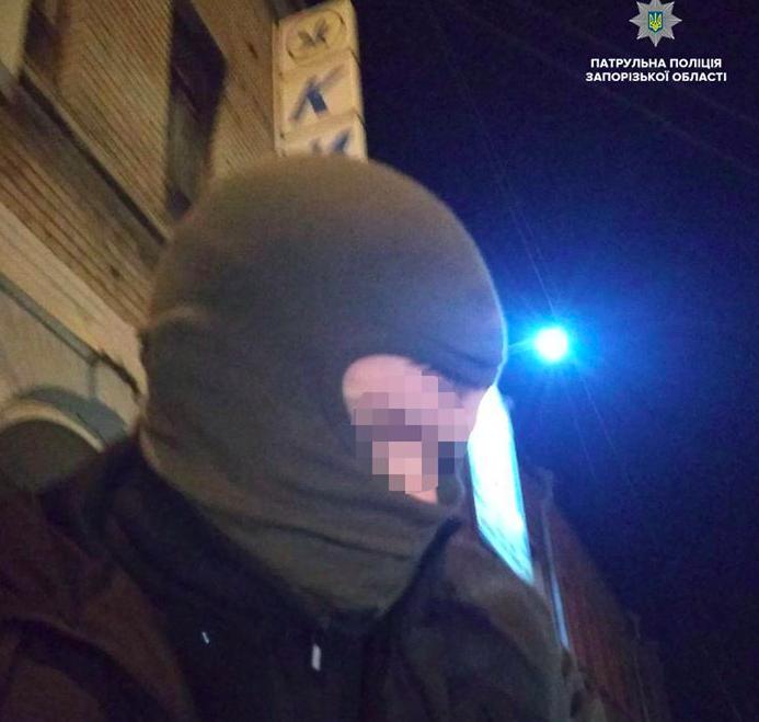 В Запорожье парень в балаклаве вместе с подельниками пытался сжечь билборды с политрекламой