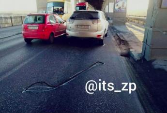 На мосту Преображенского на машину упала часть конструкции