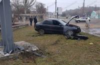 В Бердянске «Ланос» врезался в металлический столб: водителя забрали в больницу (Фото)